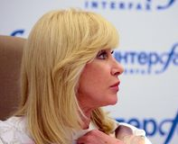 Presentador bien conocido del ruso TV, estado y figura pública Diputado de la Duma de estado de la Federación Rusa Oksana Pushkin foto de archivo libre de regalías