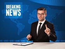 Presentador de la televisión en noticias de última hora que dicen delanteras con el MES azul imágenes de archivo libres de regalías