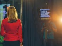 Presentador de la TV que se prepara para vivir fluyendo el vídeo Fotos de archivo