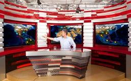Presentador estrella de la televisión de la previsión metereológica A en el estudio foto de archivo libre de regalías
