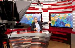 Presentador estrella de la televisión de la previsión metereológica A en el estudio imagen de archivo libre de regalías