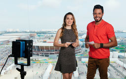 Presentador femenino caucásico y hombre latino en el estudio de la TV imágenes de archivo libres de regalías