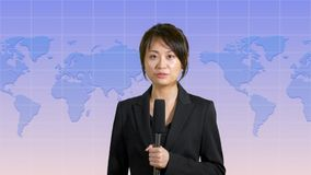 Presentador femenino de las noticias en estudio Fotos de archivo libres de regalías