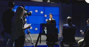 Presentador femenino de las noticias que lee las noticias fotografía de archivo libre de regalías