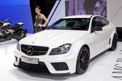Presentador femenino no identificado con el coche del Benz Imágenes de archivo libres de regalías