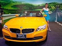 Presentador femenino no identificado en la cabina de BMW Imágenes de archivo libres de regalías