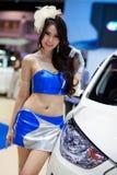 Presentador femenino no identificado en la cabina de Hyundai Fotografía de archivo libre de regalías
