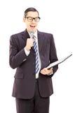 Presentador masculino joven que sostiene el micrófono y el tablero Imágenes de archivo libres de regalías