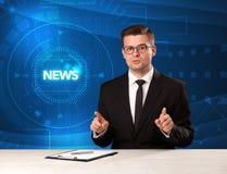 Presentador moderno del televison que dice las noticias con el backg del tehnology imagen de archivo libre de regalías