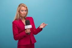 Presentador muy hermoso de la TV Imagen de archivo libre de regalías