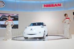 Presentador no identificado de las hembras con el coche de Nissan Fotografía de archivo libre de regalías