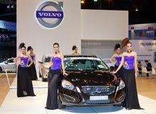 Presentador no identificado de las hembras con el coche de Volvo V60 Imágenes de archivo libres de regalías