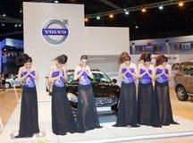 Presentador no identificado de las hembras con el coche de Volvo V60 Imagen de archivo