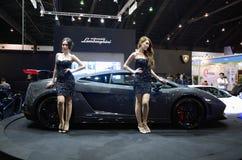 Presentador no identificado de las hembras en Lamborghini Imagen de archivo libre de regalías