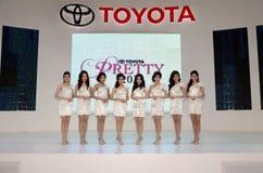 Presentador no identificado de las hembras en Toyota Imagen de archivo