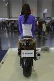 Presentadora bonita que se sienta en una motocicleta Fotografía de archivo libre de regalías