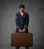 Presentadora con la maleta y la cara asombrosamente imágenes de archivo libres de regalías