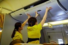 Presentadora de aire hermosa en un aeroplano imagen de archivo