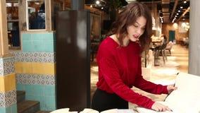 Presentadora encantadora en restaurante almacen de video