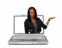 Presentadora hermosa en una pantalla de la computadora portátil (1) Fotografía de archivo libre de regalías