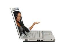Presentadora hermosa en una pantalla de la computadora portátil (2) Fotos de archivo