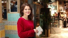 Presentadora joven en huéspedes del saludo del restaurante metrajes