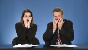 Presentadores de noticias asustados. Imagen de archivo libre de regalías