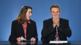 Presentadores de noticias chocados. Fotos de archivo