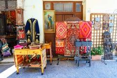 Presentaffär med livliga souvenir i mitt av Rethymno, Kreta royaltyfri foto