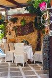 Presentaffär med livliga souvenir i mitt av Rethymno, Kreta royaltyfri bild