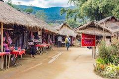 Presentaffärer i 'LonghalsKaren' den etniska kulle-stam byn, Chiang Mai, Thailand royaltyfria bilder