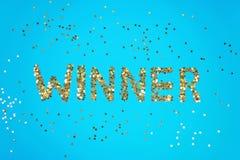 Presentan al ganador de la palabra de confeti estrellado en un fondo azul fotografía de archivo libre de regalías