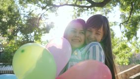 Presentando sorpresa, la muchacha con los globos coloridos que dan presentes y felicita a la novia feliz cumpleaños metrajes