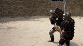 Presentatie van de slag van ridders met zwaarden en schilden stock video