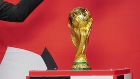 Presentatie van de Wereldbekertrofee van FIFA in Moskou, Rusland stock footage
