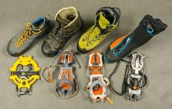 Presentatie van diverse types van ijskrappen en aangewezen types van schoenenlaarzen met het gevormde vastmaken Mening van hierbo Royalty-vrije Stock Afbeeldingen