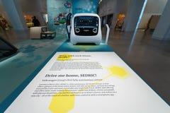 Presentatie van een nieuwe conceptenauto zonder een bestuurder Self Driving Car Volkswagen Sedric royalty-vrije stock afbeeldingen