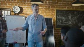 Presentatie van energiealternatieven tijdens project stock video