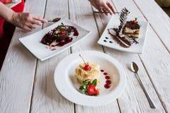 Presentatie van heerlijke desserts in restaurant Royalty-vrije Stock Afbeelding