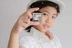 Presentation av flickan Arkivfoto