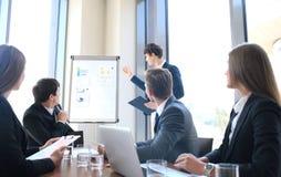 Presentation för affärskonferens med kontoret för lagutbildningsflipchart arkivfoto