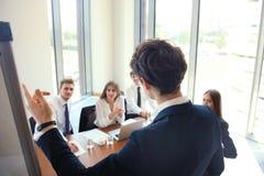 Presentation för affärskonferens med kontoret för lagutbildningsflipchart Arkivbilder