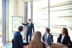 Presentation för affärskonferens med kontoret för lagutbildningsflipchart royaltyfri foto