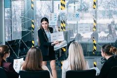 Presentation för högtalare för affärsintäktanalys fotografering för bildbyråer