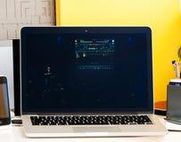 Presentation för Macbook pro-handlagstång av dj Arkivbilder