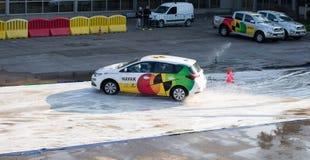 Presentation för Navak bilkörskola på Belgrade bilshow royaltyfri fotografi