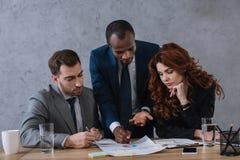 Presentation för visning för investeringkonsulent till affären royaltyfria bilder