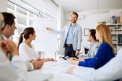 Presentation och samarbete av affärsfolk arkivbild