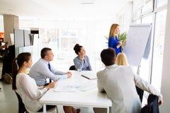 Presentation och samarbete av affärsfolk arkivbilder