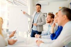 Presentation och utbildning i affärskontor royaltyfri fotografi